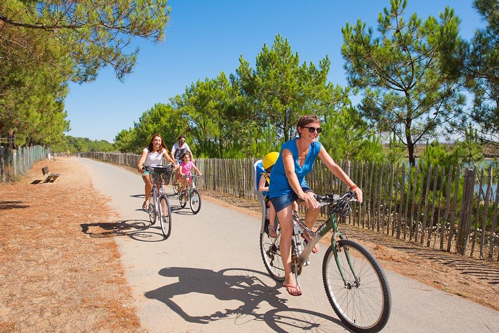 à vélo sur les pistes cyclables