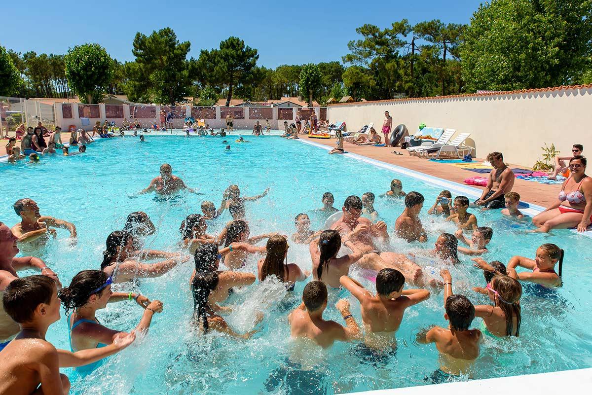 aquagym dans la piscine extérieur du camping
